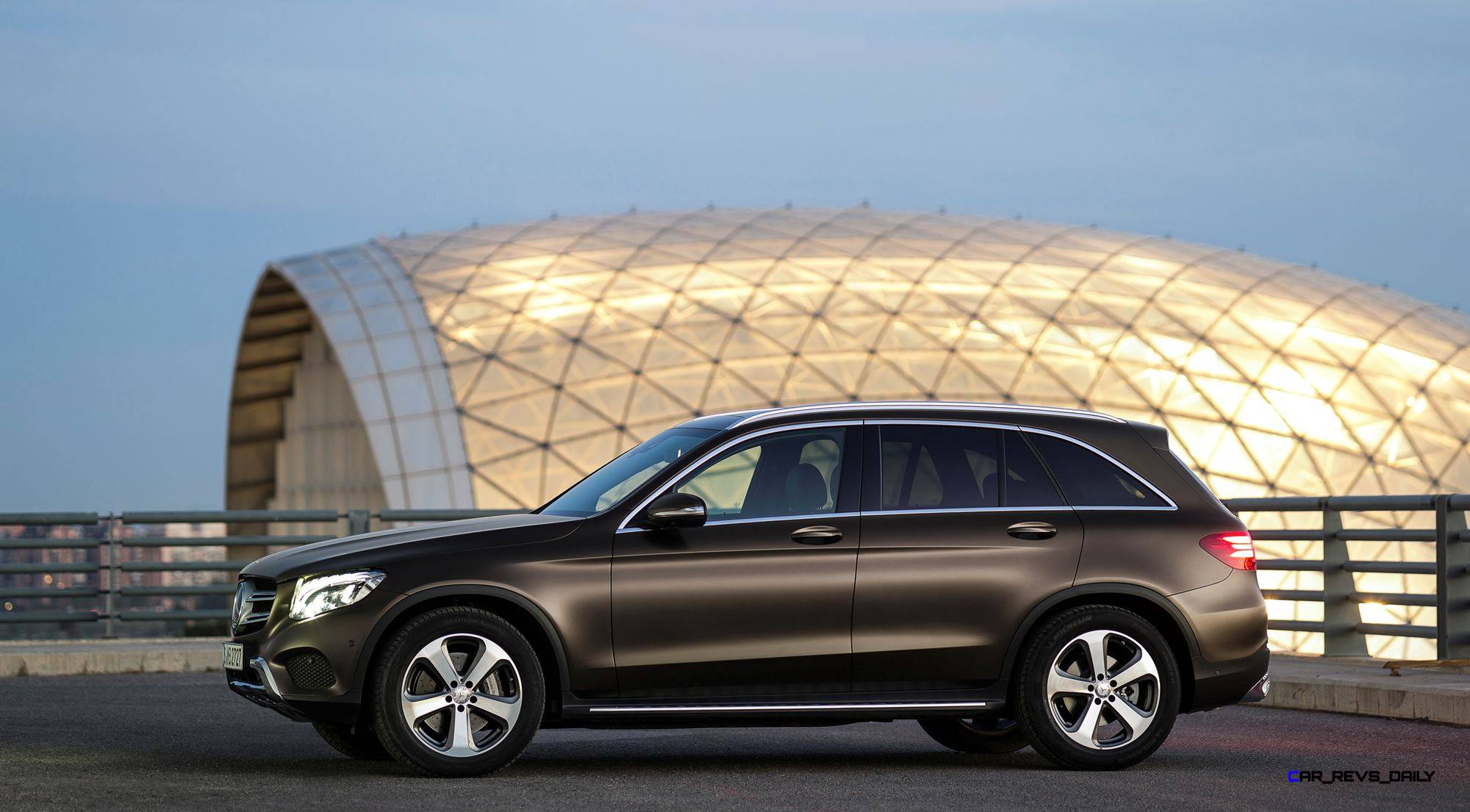 2016-Mercedes-Benz-GLC-30